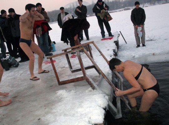 Сотни дончан отметили праздник Крещения Господнего купанием в проруби (фото), фото-2