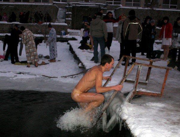 Сотни дончан отметили праздник Крещения Господнего купанием в проруби (фото), фото-4