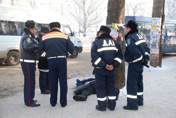 В Николаеве прямо на остановке общественного транспорта умер человек(ФОТО), фото-1