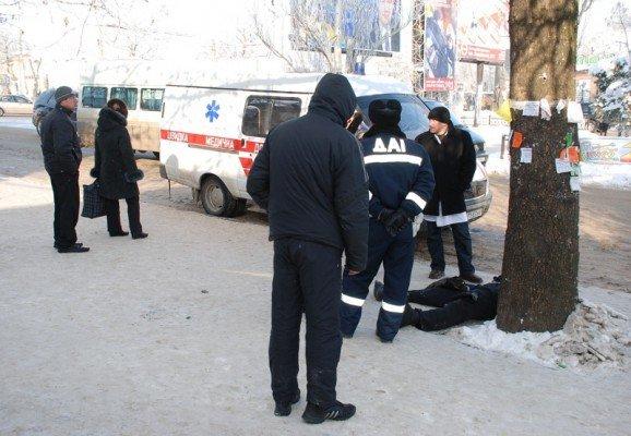 В Николаеве прямо на остановке общественного транспорта умер человек(ФОТО), фото-2