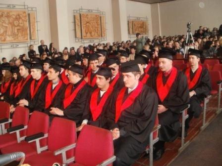 В Горловском автодорожном институте магистрам вручили дипломы, а мэру - почётную медаль, фото-1