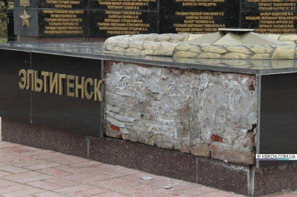 В Керчи вандалы изуродовали Вечный огонь (ФОТО), фото-1