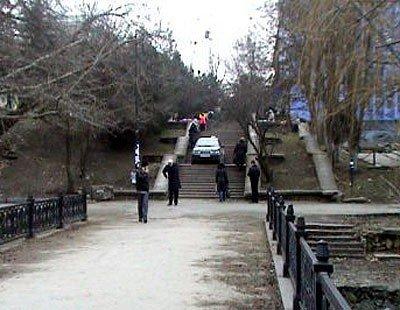 В Симферополе задержан таксист, заехавший на автомобиле на пешеходную лестницу (ФОТО), фото-2