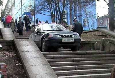 В Симферополе задержан таксист, заехавший на автомобиле на пешеходную лестницу (ФОТО), фото-1
