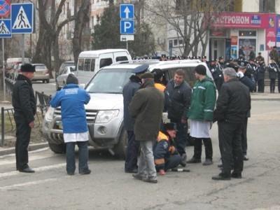 В Симферополе во время митинга гаишник угодил под колеса внедорожника (ФОТО), фото-3
