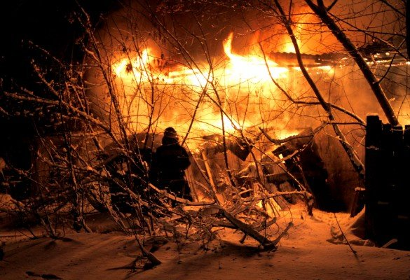 В центре Донецка рядом со зданием милицейского спецназа бушевал пожар (фото), фото-2