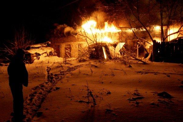 В центре Донецка рядом со зданием милицейского спецназа бушевал пожар (фото), фото-1