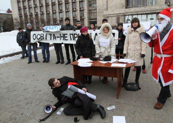 В Донецке студенты устроили театрализованную акцию протеста (фото), фото-5