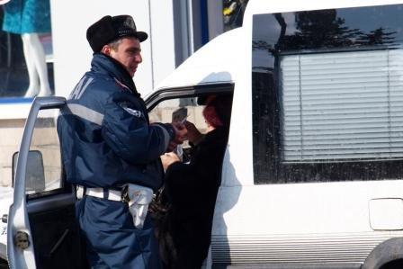 Сотрудники ГАИ «выписывали» 8 марта цветочно-конфетные штрафы, фото-1