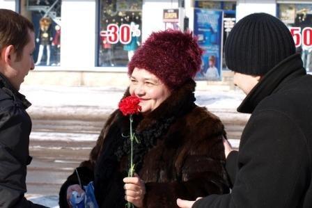 Сотрудники ГАИ «выписывали» 8 марта цветочно-конфетные штрафы, фото-2