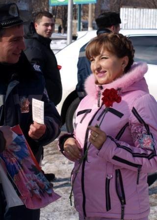 Сотрудники ГАИ «выписывали» 8 марта цветочно-конфетные штрафы, фото-5