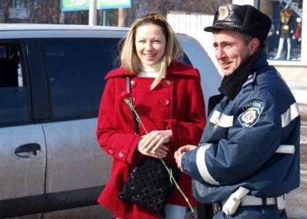 Сотрудники ГАИ «выписывали» 8 марта цветочно-конфетные штрафы, фото-6