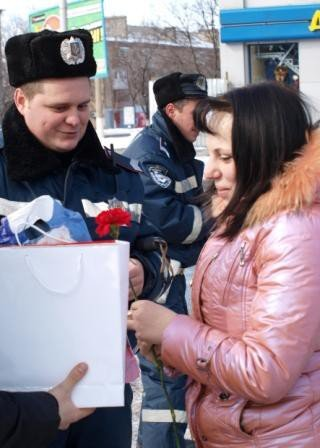 Сотрудники ГАИ «выписывали» 8 марта цветочно-конфетные штрафы, фото-7