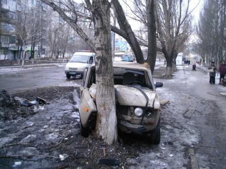 В Горловке автомобили врезаются в кресты и деревья, фото-1