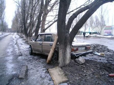 В Горловке автомобили врезаются в кресты и деревья, фото-2