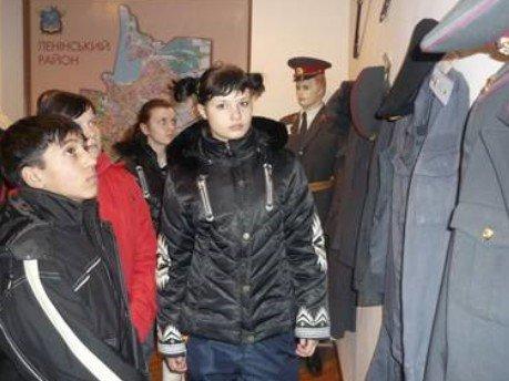 Николаевские милиционеры дали детям из приюта подержать в руках автомат «Калашникова» (ФОТО), фото-3