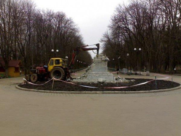 Фото-факт: в парке Горького разрушили постамент памятника, фото-1