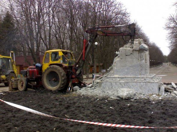 Фото-факт: в парке Горького разрушили постамент памятника, фото-2