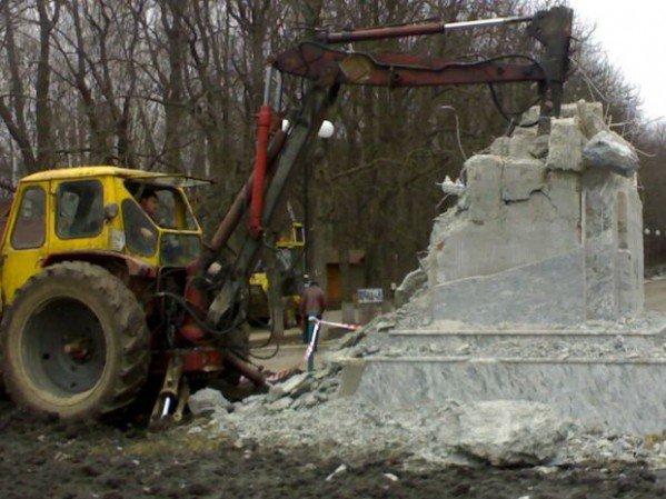 Фото-факт: в парке Горького разрушили постамент памятника, фото-3