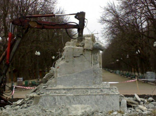 Фото-факт: в парке Горького разрушили постамент памятника, фото-4