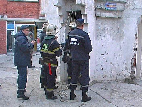 Луганские сотрудники МЧС спасли девочку, которая упала в вентиляционную шахту (фото), фото-2
