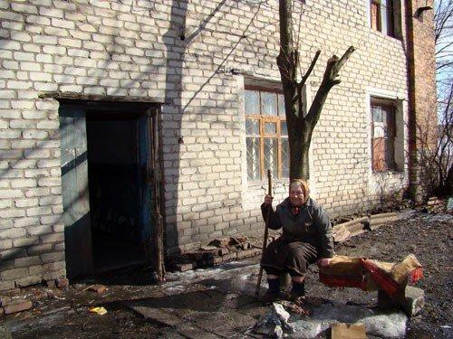В Горловке одинокая старушка доживает старость в полуразрушенной многоэтажке, фото-1