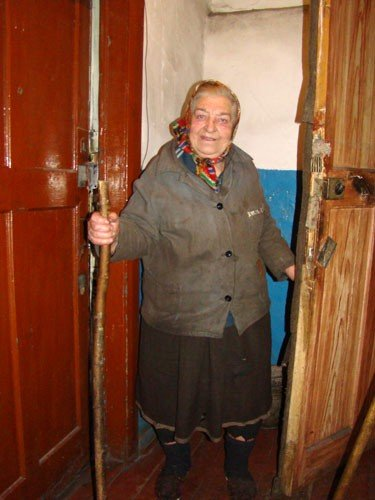 В Горловке одинокая старушка доживает старость в полуразрушенной многоэтажке, фото-2