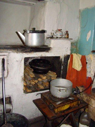 В Горловке одинокая старушка доживает старость в полуразрушенной многоэтажке, фото-3