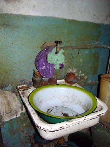 В Горловке одинокая старушка доживает старость в полуразрушенной многоэтажке, фото-4