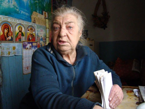 В Горловке одинокая старушка доживает старость в полуразрушенной многоэтажке, фото-6