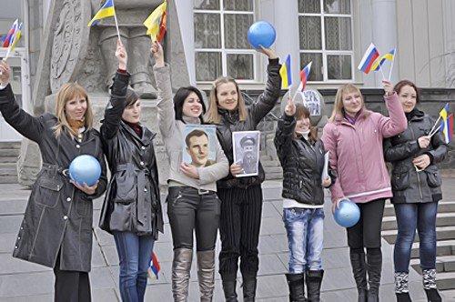 В Луганске прошел флэшмоб посвященный Дню космонавтики (фото), фото-1
