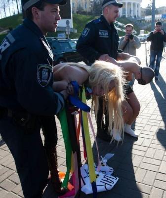 FEMEN провів акцію «Бардак у Саркофаг», після спілкування з міліцією одна з дівчат потрапила в лікарню, фото-4