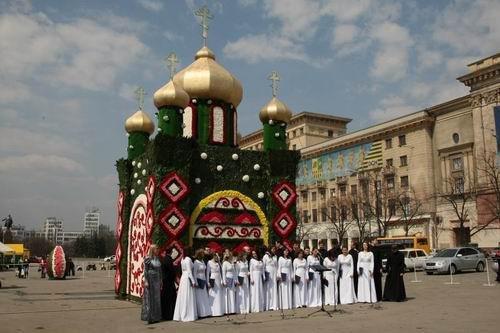 У Харкові встановили церкву із квітів (фото), фото-1