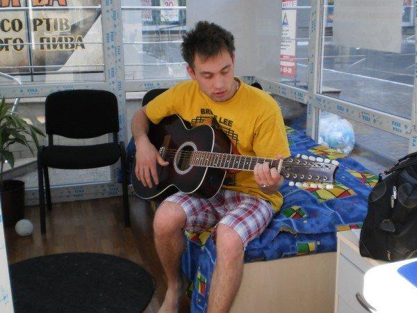 Человек «за стеклом» в Кривом Роге трудно спит и долго ест (ФОТО), фото-2
