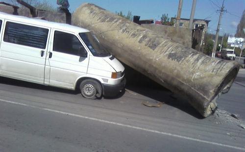 В Симферополе два автомобиля придавило трубами (фото), фото-1