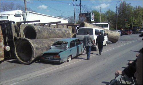 В Симферополе два автомобиля придавило трубами (фото), фото-2