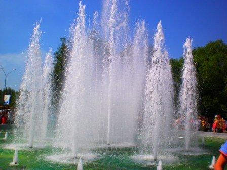 В День города возле здания горсовета Кривого Рога заработал новый светодинамический фонтан (ФОТО), фото-1