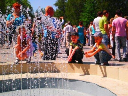 В День города возле здания горсовета Кривого Рога заработал новый светодинамический фонтан (ФОТО), фото-5