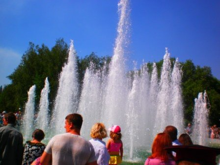 В День города возле здания горсовета Кривого Рога заработал новый светодинамический фонтан (ФОТО), фото-3