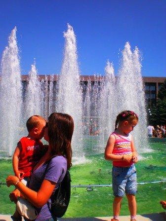 В День города возле здания горсовета Кривого Рога заработал новый светодинамический фонтан (ФОТО), фото-8