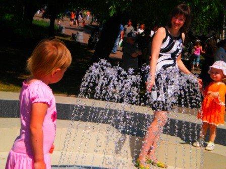 В День города возле здания горсовета Кривого Рога заработал новый светодинамический фонтан (ФОТО), фото-9