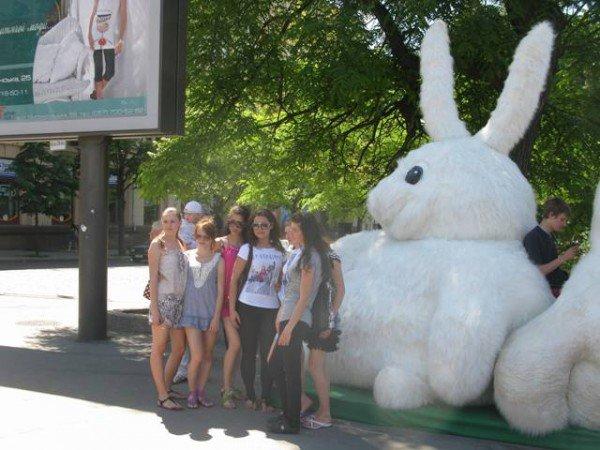 Огромный кролик из метро вновь появился в центре Харькова, но уже с подругой (ФОТО), фото-4