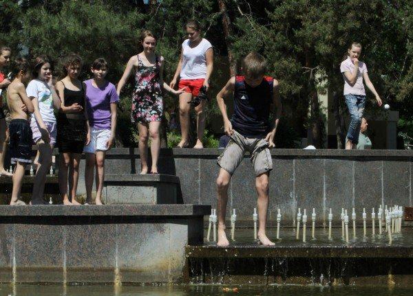Дончане несмотря на запреты купаются в донецких ставках и фонтанах (фото), фото-1
