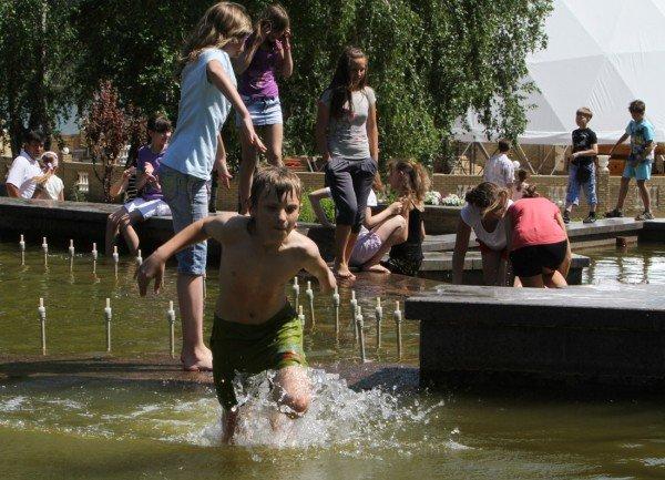 Дончане несмотря на запреты купаются в донецких ставках и фонтанах (фото), фото-2