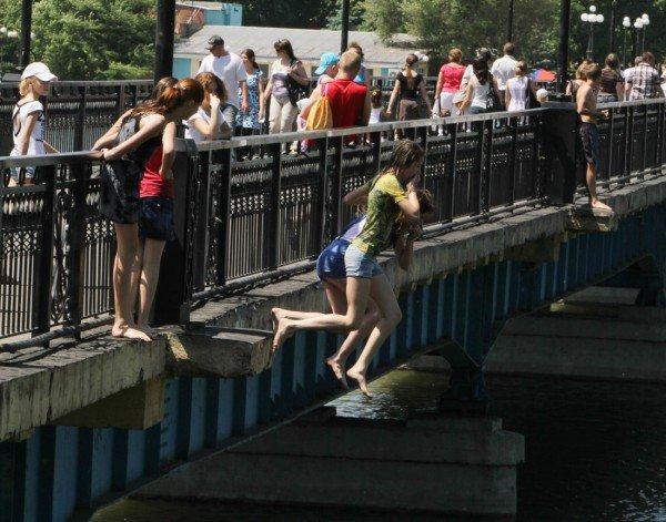 Дончане несмотря на запреты купаются в донецких ставках и фонтанах (фото), фото-3