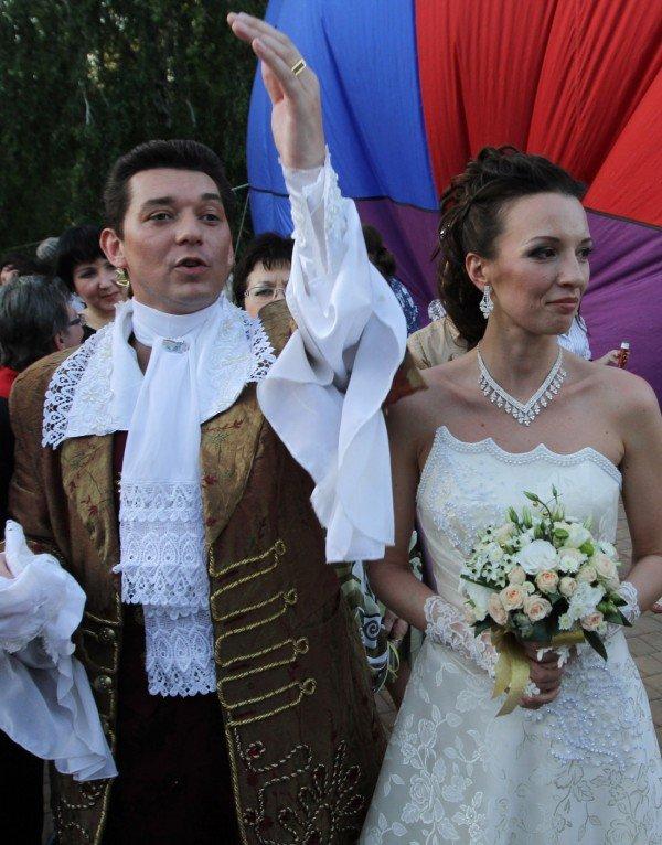 Такой свадьбы Донецк еще не видел - известный актер 32 мая расписался на воздушном шаре (фото), фото-1