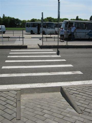 Не прошло и месяца, как на новый донецкий автовокзал завезли туалеты с рукомойниками и установили лавочки и урны (фото), фото-7