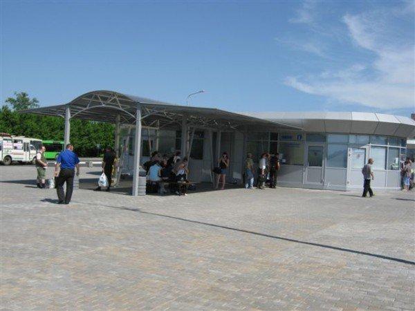 Не прошло и месяца, как на новый донецкий автовокзал завезли туалеты с рукомойниками и установили лавочки и урны (фото), фото-2