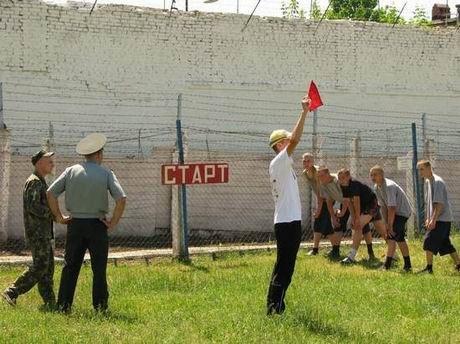 В харьковской «зоне» проверили, кто из заключенных лучше бегает и приседает (ФОТО), фото-1