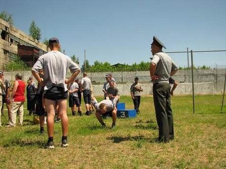 В харьковской «зоне» проверили, кто из заключенных лучше бегает и приседает (ФОТО), фото-2